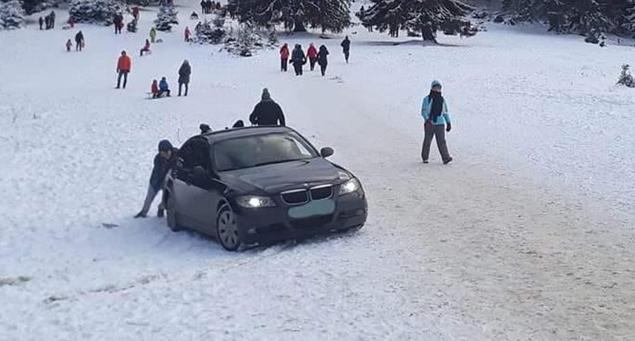 Un cocalar a intrat cu BMW-ul pe pârtia de săniuș de la Poiana Brașov