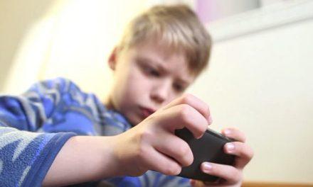 Un copil de 7 ani a cheltuit 6.000 de lei în doar câteva zile într-un joc pe telefonul mobil