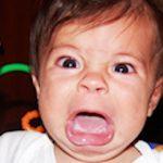 Ce să-i faci copilului dacă refuză să stea la pozat pentru postările tale pe Facebook
