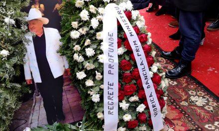VIDEO. Confetti din avion și flori de la Dăncilă la înmormântarea unui bulibașă, îngropat ilegal lângă Monumentul Eroilor