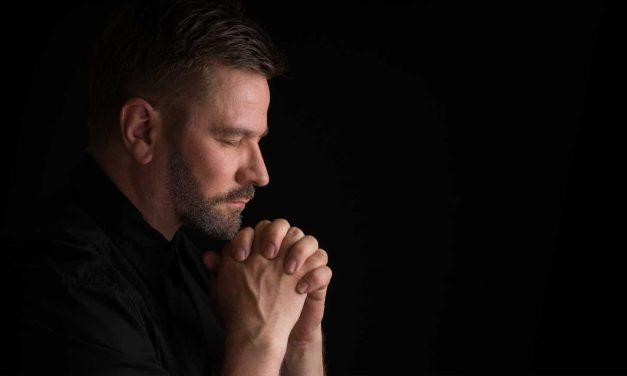 """VIDEO / Rugăciunea bărbatului pentru 2019: """"Doamne, dă-ne băutură și femeie fără gură"""""""