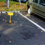 Vrei să parchezi și dai peste țărușul galben ridicat? Ce poți face și cât este amenda pentru cei care nu respectă intervalul orar