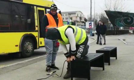 VIDEO. Angajaţii Primăriei montează băncuţe în staţiile RATC