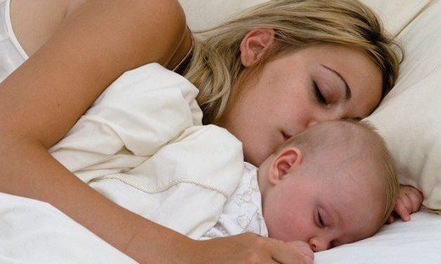Este oficial! Copiii trebuie să doarmă cu mama lor până la vârsta de 3 ani