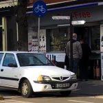 VIDEO. Și-a parcat mașina pe pista de biciliști în timp ce un copil cu trotinetă aștepta să poată trece