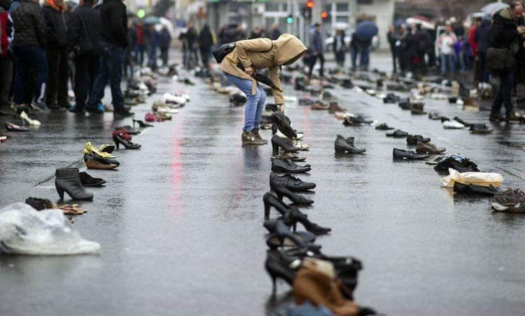 Imaginile care au făcut înconjurul Europei. Oamenii au lăsat în fața Guvernului câte o pereche de încălțări ale rudelor care au părăsit țara