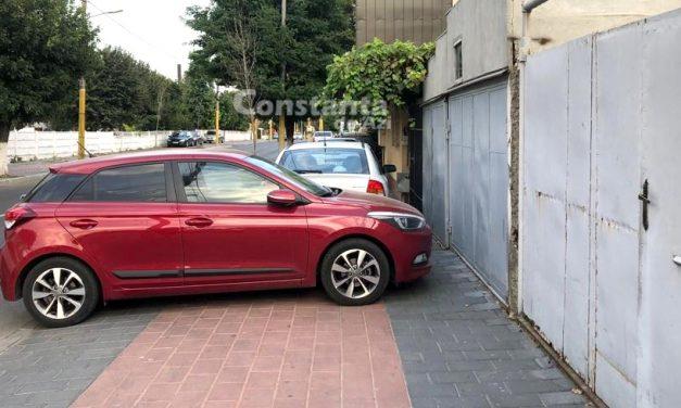 Avertismente pentru șoferii care își parchează mașinile pe trotuarele din Constanța