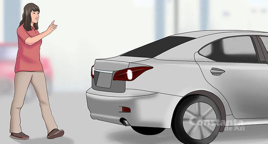 Cum să mergi ca un adevărat nesimțit prin spatele unei mașini aflate în marșarier
