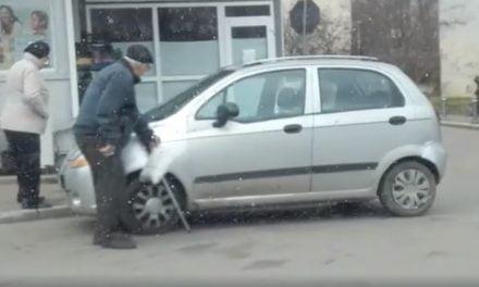 VIDEO / Bătrân care abia se mai poate mișca se urcă la volanul mașinii. Cum se dau avizele medicale pentru șoferi?