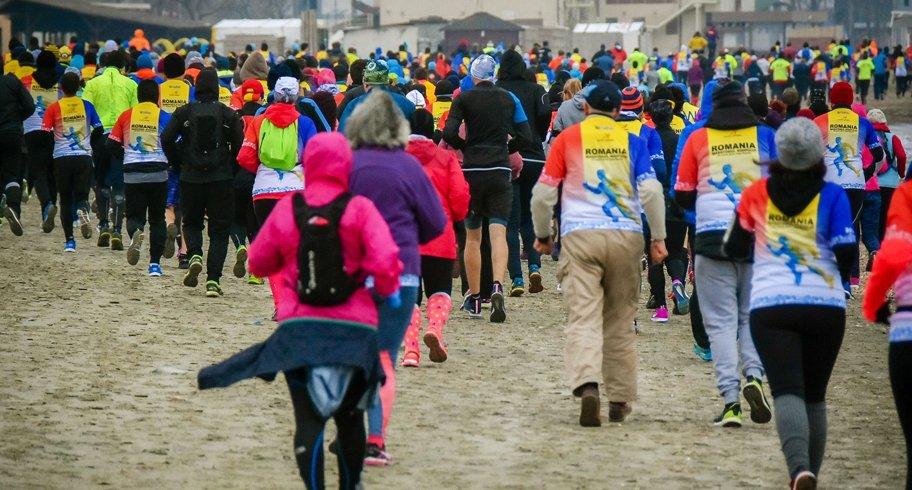 Sute de adulți și copii aleargă duminică la a șasea ediție a Maratonului Nisipului, în Mamaia