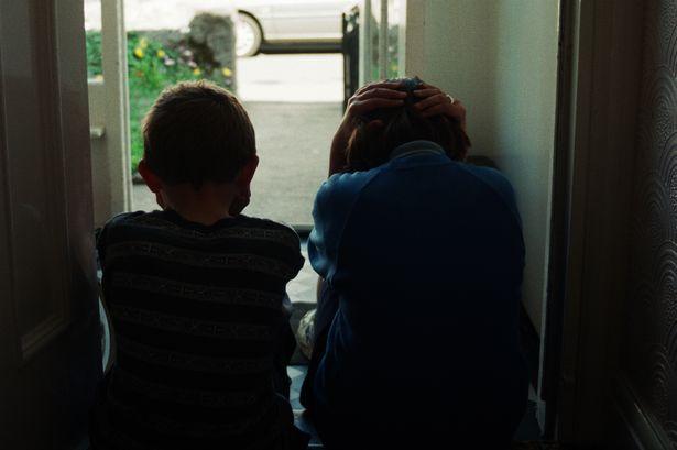 Doi copilași, de 4 și 6 ani, abandonați pe câmp. Mama lor s-a îndrăgostit și s-a mutat cu iubitul în alt oraș