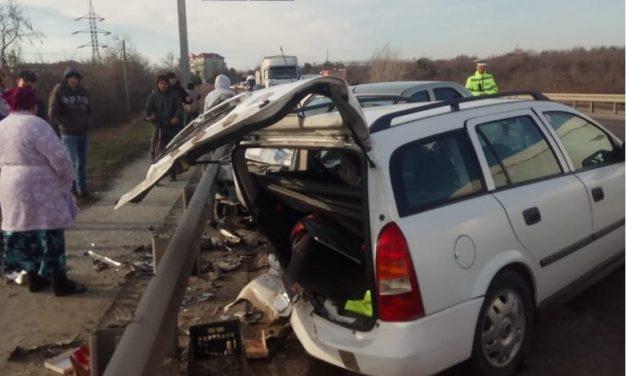 GALERIE FOTO / Accident rutier la ieșirea din Ovidiu între două autoturisme și un tir