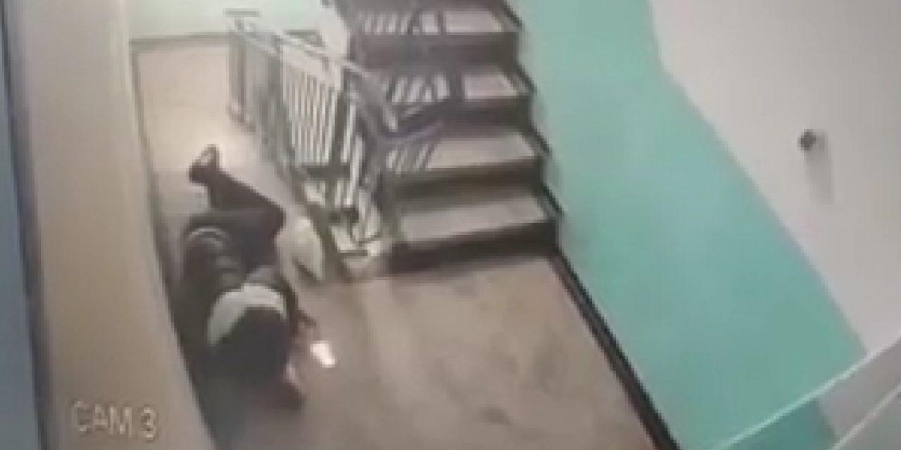 VIDEO / De frica nevestei că a pierdut o mie de lei, un bărbat s-a aruncat singur pe scări și a spus că a fost jefuit