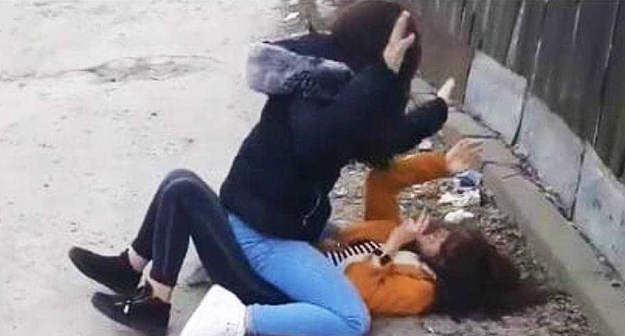 VIDEO. Elevă din Ovidiu, snopită în bătaie de o colegă. Fata a ajuns în stare gravă la spital