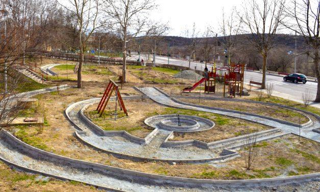 Primăria Cernavodă a început reamenajarea unui loc de joacă cu spații verzi și aparate de fitness exterior