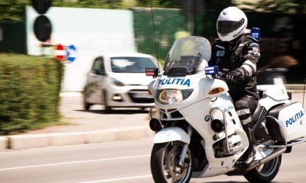 VIDEO. Se simte bine la serviciu! Poliţist filmat în trafic, dansând pe motocicletă