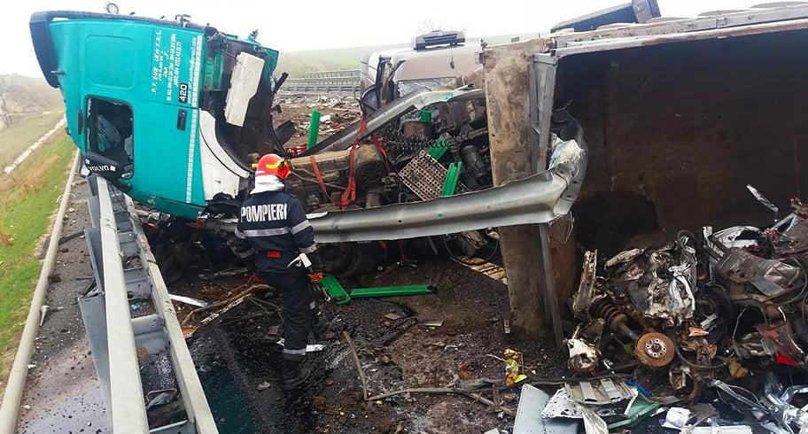 FOTO. Un TIR și două mașini s-au făcut praf pe A2, Cernavodă-Constanța. Patru persoane au fost rănite