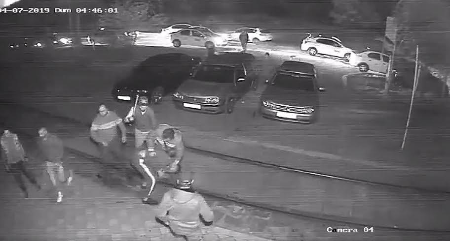 VIDEO. Tânăr snopit în bătaie de un grup de taximetriști după un conflict cu unul dintre colegii acestora