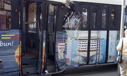VIDEO Accident. Două tramvaie s-au ciocnit, acroșând și două autoturisme. Vatmanul uitase să tragă frâna