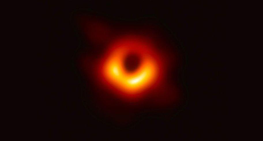 Moment istoric. A fost prezentată prima imagine a unei găuri negre