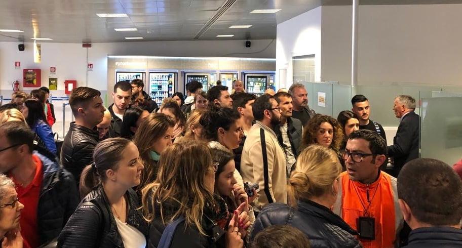 FOTO. Zeci de români, blocaţi 8 ore în Roma după ce un zbor RyanAir a fost anulat