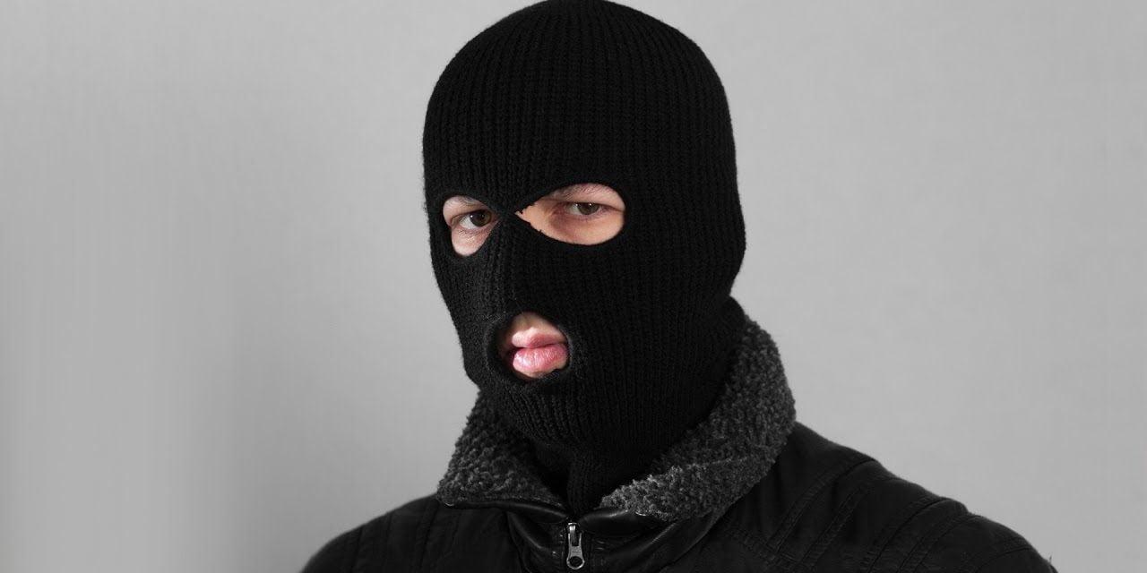 """Doi români, premiul pentru """"cei mai proști hoți"""" din lume. Au spart o bancă pentru a fura… camerele de supraveghere"""