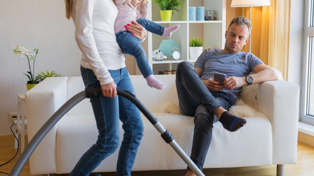 Adevărat sau fals? Femeile au mai mult de strâns prin casă după bărbați decât după copii…