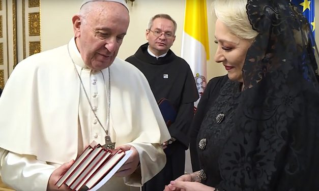 VIDEO. Papa i-a făcut premierului Viorica Dăncilă un teanc de cărți cadou
