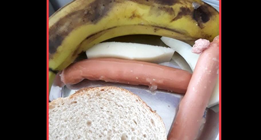 Mâncarea servită unui copil bolnav în Spitalul Județean: doi crenvurști reci și o banană stricată