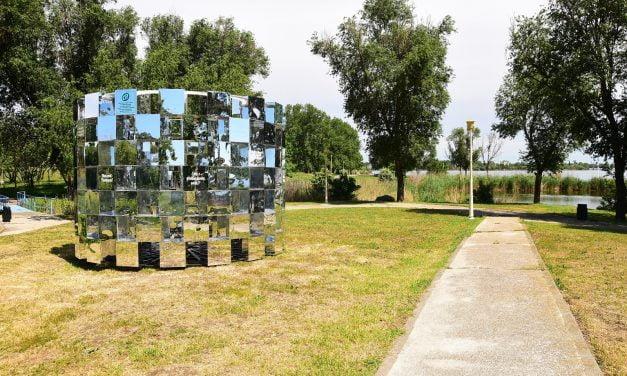 """Făgădău a amplasat în Parcul Tăbăcărie un """"monument"""" din oglinzi, ca să se vadă mai bine curățenia Constanței"""