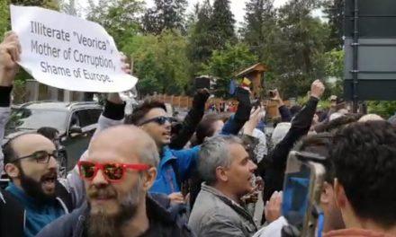 """VIDEO. Intervenție a jandarmilor la Cluj, după ce protestatarii au strigat spre Viorica Dăncilă: """"Demisia"""", """"Jos Guvernul"""""""