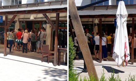 Coadă la o secție de votare din Mamaia. Sute de turiști și constănzeni așteaptă să intre la urne