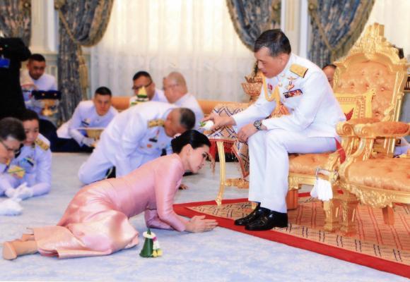 Regele Thailandei s-a însurat cu șefa echipei sale de bodyguarzi. În 2014 era stewardesă, în 2016 general, iar acum a devenit regină