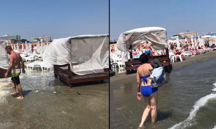 """FOTO. Mamaia, victimă a nesimțirii, sufocată de șezlonguri și baldachine """"plutitoare"""""""