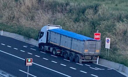 Șofer român de tir, amendă de 50.000 euro în Italia. Oprise în spațiul de urgență ca să doarmă, dar s-a jucat cu o… dronă