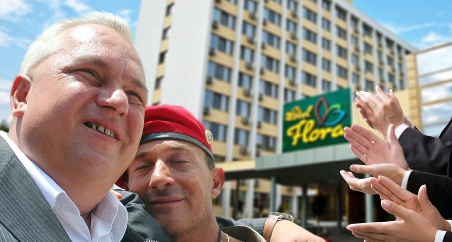 Turiştii de la hotel Flora, distraţi cu scenete despre Mazăre, Nicuşor şi poveşti cu interlopi