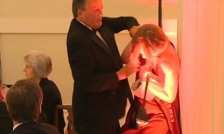 VIDEO. Un parlamentar britanic agresează o activistă Greenpeace. O ia gât și o forțează să părăsească sala