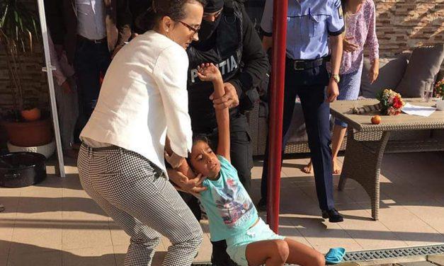 VIDEO. Imagini cutremurătoare. Fetiță din România, luată cu forța de mascați și dată unei familii adoptive din SUA