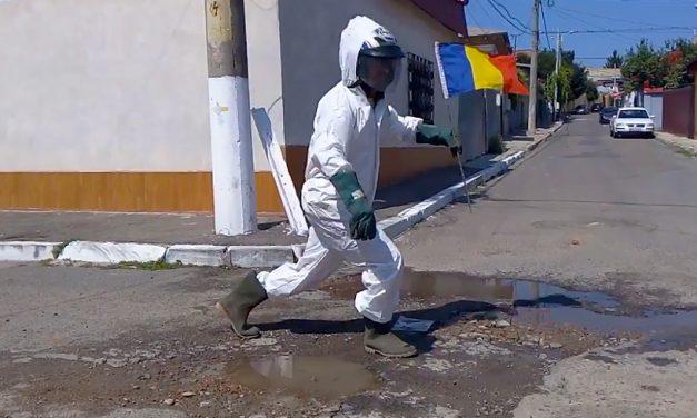 """VIDEO. Un român a """"aselenizat"""" într-o groapă în asfalt, la """"50 de ani de la aselenizare (30 de PSD)"""""""