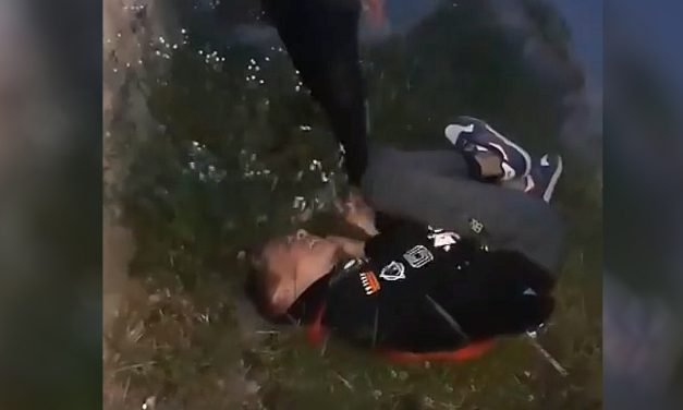 VIDEO. Imagini revoltătoare. Copil bătut și umilit de alți puștani. Mama lui a publicat imaginile