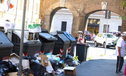 O româncă stabilită în Roma riscă o amendă uriașă după ce și-a făcut curat în fața blocului
