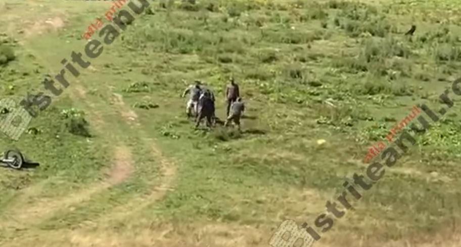 VIDEO. Imagini șocante! Un motociclist belgian a fost bătut de un grup de ciobani români