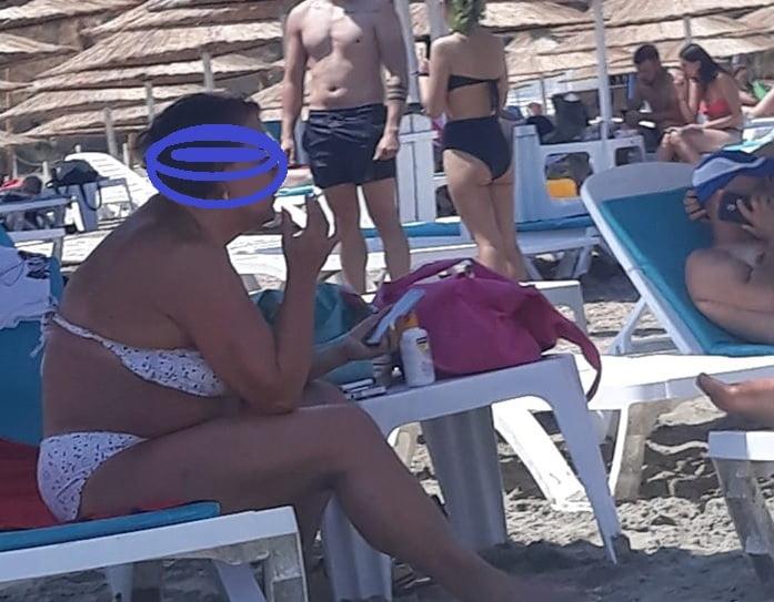 """Scandalos! Femeie gonită de pe plajă după ce a făcut """"treaba mare"""" în apa mării"""