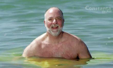 """Un turist îi cheamă lângă el pe cei care cred că apa mării e rece. """"În jurul meu e caldă și e bine!"""""""