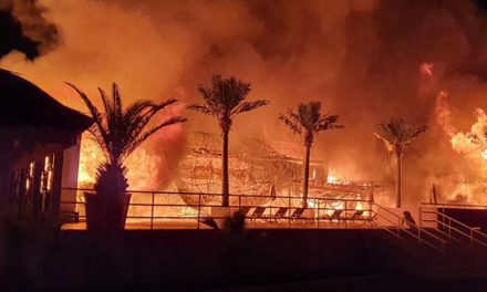 FOTO/VIDEO. Fostul club Bamboo, actualul Silence, din Mamaia a fost mistuit de flăcări