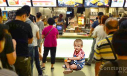 Copilul unor turiști din Tulcea, lăsat de ieri să țină rândul în coada de la McDdrive