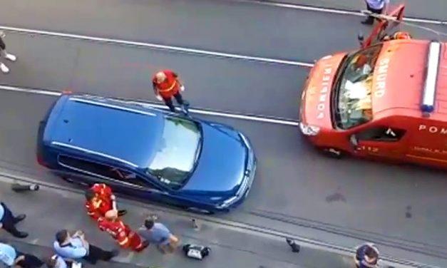 VIDEO. Un bărbat și-a lăsat copilul încuiat în mașină, la 40 de grade. Fetița a fost salvată de pompieri