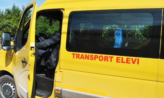 Elevă de 13 ani, jignită și umilită de șoferul microbuzului școlar, pentru că a trântit ușa!