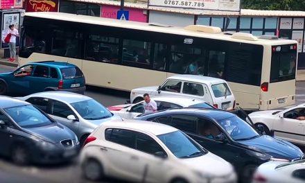 VIDEO. Șoferul unui BMW își face loc împingând cu bolidul mașina din spate și o lasă pe trecerea de pietoni