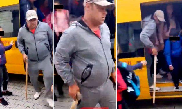 VIDEO. Individ cu un topor în mână, filmat când cobora dintr-un microbuz școlar plin de copii